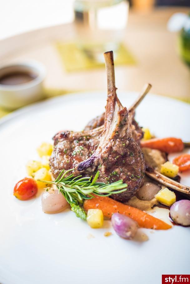 Jako drugie danie wielkanocne włoscy tradycjonaliści wybierają baraninę lub jagnięcinę. Możemy komponować je z dowolnymi przyprawami i ziołami. Włosi podają je zazwyczaj z rozmarynem i czosnkiem, w towarzystwie młodych karczochów (Włoska Knajpa) - Kuchnia