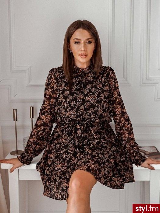 Sukienka wykonana została wykonana z lekkiego, zwiewnego materiału pokrytego pięknym kwiatowym printem. Długie rękawy zakończone są szeroką gumką oraz falbaną. Sukienka posiada wiązany dekolt oraz zdobienie przy szyi. www.roseboutique.pl - Dzienne Sukienki Moda
