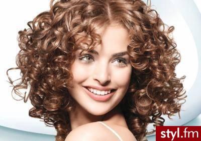 Fryzury Kręcone Włosy Fryzury średnie Na Co Dzień Kręcone