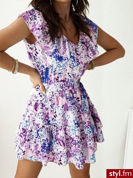 Sukienka wykonana została z pięknej kwiecistej tkaniny. Dekolt w serek oraz ozdobna falbanka pięknie eksponują biust. Dzięki gumce w talii sukienka świetnie się układa. Jest to doskonały wybór do wiosennych stylizacji. https://roseboutique.pl/ - Dzienne Sukienki Moda