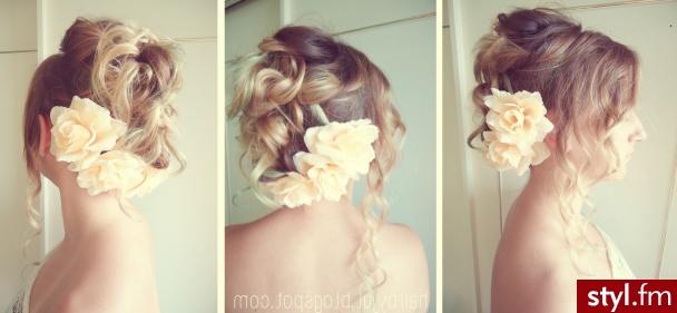 Fryzura ślubna z kwiatami - Upięcie Kręcone Ślubne Długie Fryzury