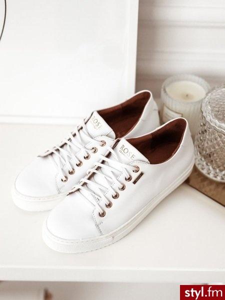 Buty wykonane zostały z wysokiej jakości skóry naturalnej. Klasyczny kolor oraz model idealnie sprawdzi się w wielu stylizacjach. Cienkie sznurówki dodają subtelności. Wewnątrz buty są delikatnie wyściełane. https://roseboutique.pl/ - Trampki Buty Moda