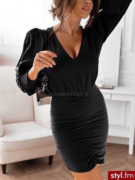 Sukienka wykonana została z gładkiego materiału, co sprawia, że prezentuje się niezwykle elegancko. Głęboki dekolt w serek pięknie eksponuje biust. Długie rękawy zakończone zostały szeroką gumką. https://roseboutique.pl/ - Wieczorowe Sukienki Moda