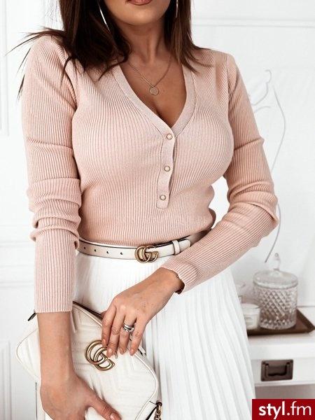 Sweterek wykonany został z prążkowanego, elastycznego materiału. Dekolt w serek zakończony został trzema niewielkimi zatrzaskami. Świetnie sprawdzi się w lekkich, wiosennych stylizacjach. https://roseboutique.pl/ - Bluzki Ciuchy Moda