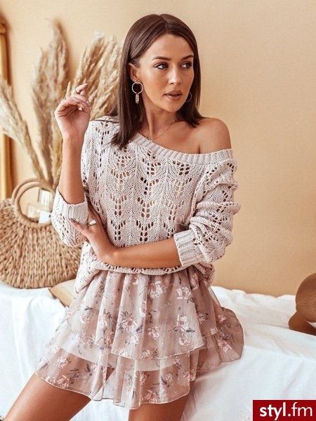 Sweter wykonany został z delikatnie grubszego materiału. Piękny ażurowy wzór nadaje całości niepowtarzalny wygląd. Sweter świetnie sprawdzi się w połączeniu ze spodniami z wysokim stanem. https://roseboutique.pl/ - Swetry Ciuchy Moda