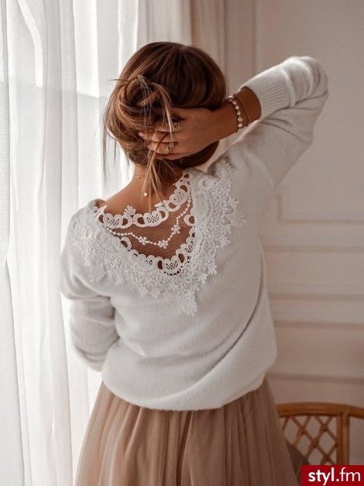 Dodaj opis (max. 250 Piękny sweter wykonany z przyjemnego w dotyku materiału w ponadczasowym białym kolorze. Idealnie uzupełni go denimowa katana oraz białe sneakersy na grubej podeszwie - Swetry Ciuchy Moda