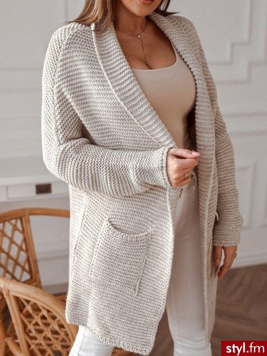 Kardigan wykonany został z ciepłego, bawełnianego materiału. Idealnie sprawdzi się w stylizacjach w chłodniejsze, wiosenne dni. Kardigan z przodu posiada dwie pojemne kieszonki. https://roseboutique.pl/ - Swetry Ciuchy Moda