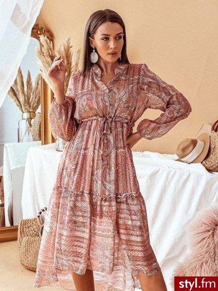 Sukienka wykonana została z lekkiego materiału pokrytego bogatym printem. Sznurek znajdujący się w talii pozwala na idealne dopasowanie sukienki do sylwetki. Długie rękawy zakończone zostały gumką. https://roseboutique.pl/ - Dzienne Sukienki Moda