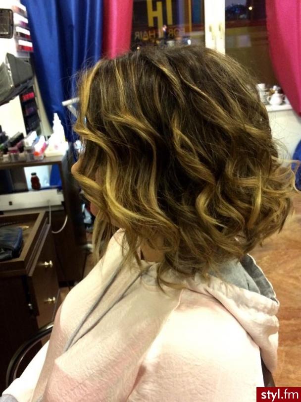 Koloryzacja z Olaplex, kolor i cięcie Julia, Salon For Hair - Blond Rozpuszczone Kręcone Na co dzień Krótkie Fryzury