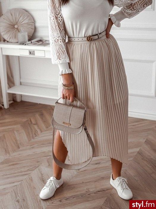 Spódnica wykonana została ze zwiewnego, lekkiego materiału. Asymetryczne wykończenie na dole sprawia, że prezentuje się wyjątkowo.  Gumka w talii zapewnia wysoki komfort noszenia. Spódnica posiada krótką podszewkę.  https://roseboutique.pl/ - Średnie Spódnice Moda