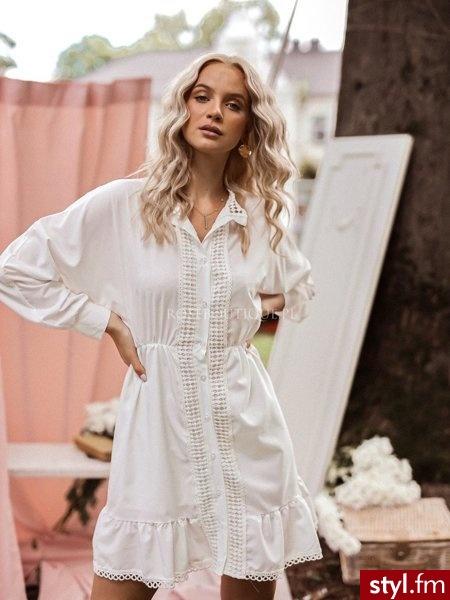 Sukienka wykonana została z gładkiego materiału z delikatnym, ażurowym zdobieniem. Długie rękawy zakończone zostały mankietami zapinanymi na guziki. Gumka w talii sprawia, że sukienka świetnie się układa.  https://roseboutique.pl/ - Dzienne Sukienki Moda
