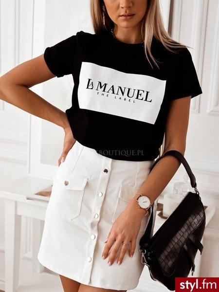 Koszulka wykonana z delikatnie rozciągliwego materiału. Dekolt w łódkę. Minimalistyczny biały nadruk nadaje koszulce oryginalny charakter. Doskonale sprawdzi się ona w zestawieniu z białymi spodniami. https://roseboutique.pl/ - Koszulki Ciuchy Moda