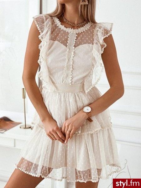 * sukienka tiulowa z z gipiurą przy dekolcie i wzdłuż klatki piersiowej * sukienka posiada falbanę przy spódniczce i rękawie ozdobioną gipiurą * sukienka zapinana na zamek https://roseboutique.pl/ - Dzienne Sukienki Moda