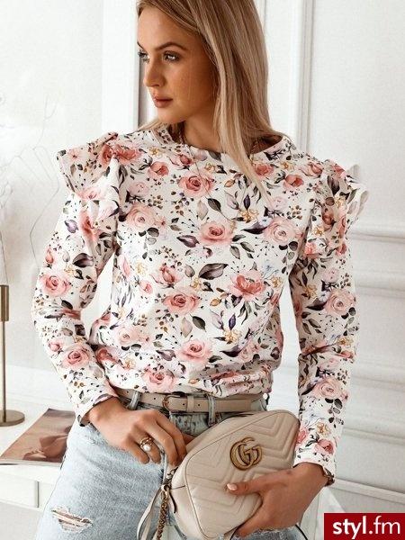 Bluza wykonana została z bawełnianego materiału który zdobi piękny, kwiatowy wzór. Dekolt w łódkę. Falbanka na rękawach dodaje uroku oraz sprawia, że bluza świetnie sprawdzi się zestawiona z obcisłymi spodniami lub spódniczką. https://roseboutique.pl - Bluzki Ciuchy Moda