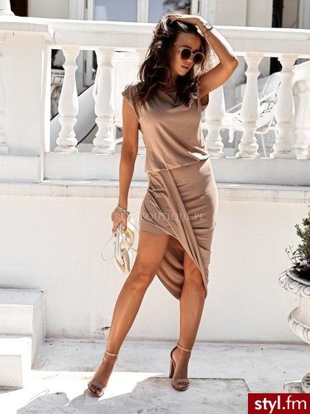 Sukienka wykonana została z bardzo przyjemnej w dotyku dzianiny. Dekolt w łódkę. Asymetryczna spódnica nadaje całości oryginalny charakter oraz zmysłowo eksponuje nogi. Jest to świetny wybór do codziennych stylizacji. https://roseboutique.pl/ - Dzienne Sukienki Moda