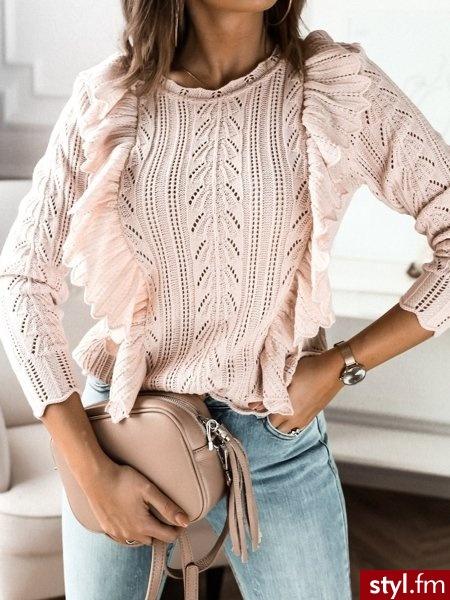 Lekkie sweterek wykonany z ażurowego materiału. Dekolt w łódkę. Podwójna falbanka oraz wykończenie sweterka sprawia, że wygląda on niezwykle kobieco oraz delikatnie. Jest to doskonały wybór do wiosennych stylizacji. https://roseboutique.pl/ - Swetry Ciuchy Moda