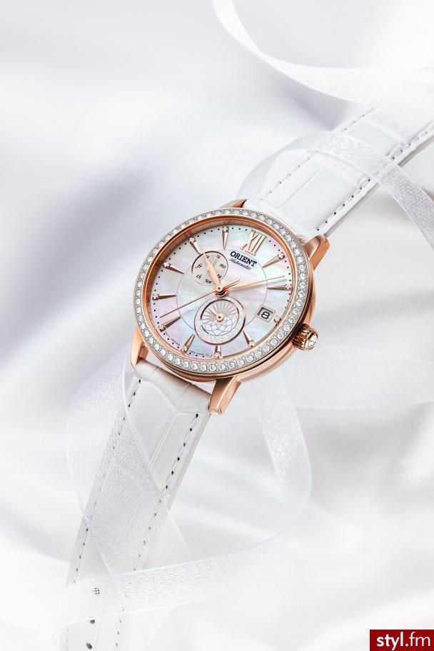 Zegarek ORIENT Contemporary Ladies mieni się obudową ze stali nierdzewnej o grubości 36,5 mm, otaczającą automatyczny mechanizm z ręcznym kalibrem. Całość została zaprojektowana, wykonana i zmontowana przez zegarmistrzów w Japonii. Orient-watch.com - Zegarki Dodatki Moda