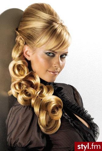Długie, blond włosy z refleksami w różnych odcieniach. Grzywka na