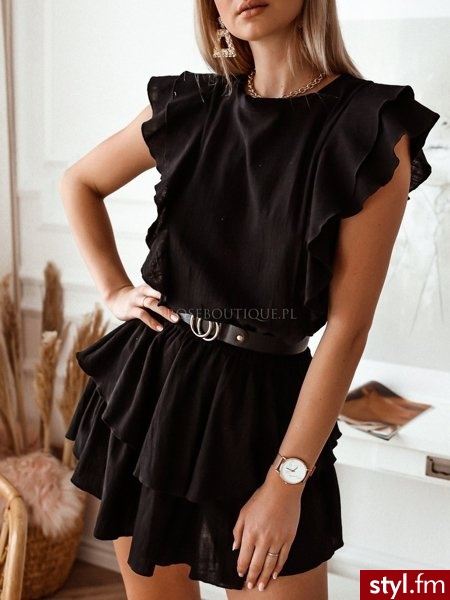 Sukienka wykonana została z przyjemnego w dotyku materiału który sprawia, że prezentuje się niezwykle kobieco oraz delikatnie. Gumka w talii wyraźnie odcina talię. Dekolt w łódkę. Świetnie sprawdzi się połączona kataną. https://roseboutique.pl/ - Dzienne Sukienki Moda