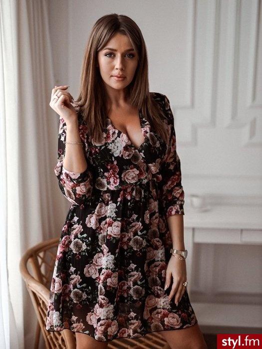 Sukienka wykonana została z lekkiego, zwiewnego materiału. Piękny kwiatowy print nadaje całości delikatności. Sukienka posiada gumkę w talii co sprawia, że pięknie się układa. Dekolt na zakładkę idealnie podkreśla biust. - Dzienne Sukienki Moda