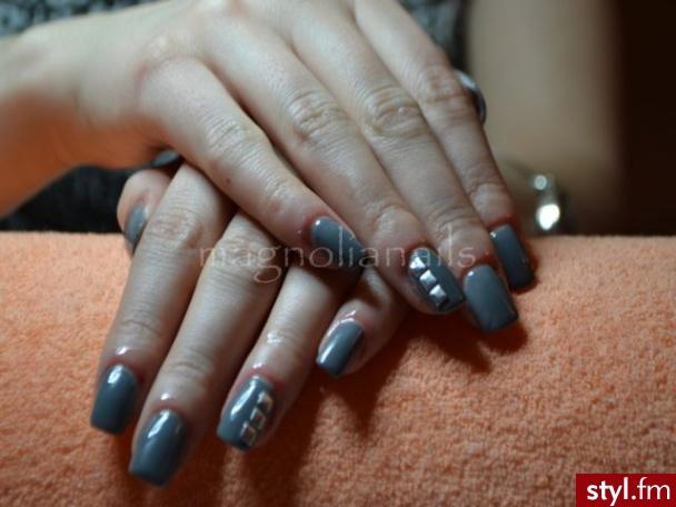 żelowe paznokcie pomalowane szarum lakietem   ćwieki - Kwadratowe Żel Paznokcie