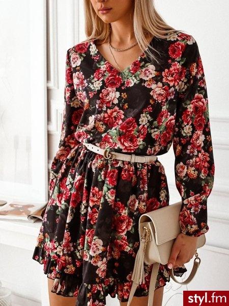 Sukienka wykonana została z pięknej, wzorzystej tkaniny. Długie rękawy zakończone zostały gumką. Dekolt w serek idealnie podkreśla biust. Gumka znajdująca się w talii sprawia, że sukienka świetnie leży. https://roseboutique.pl/ - Dzienne Sukienki Moda