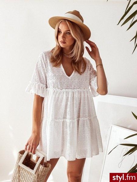 Sukienka wykonana została z ażurowego materiału. Świetnie sprawdzi się w stylizacjach boho. Dekolt w serek pięknie podkreśla biust. Krótkie rękawy zakończone zostały niezwykle uroczą falbanką. Sukienka posiada podszewkę. https://roseboutique.pl - Dzienne Sukienki Moda