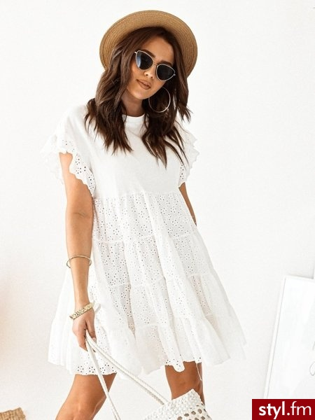 Sukienka wykonana została z bawełnianego materiału dzięki czemu idealnie sprawdzi się w ciepłe, wiosenne dni. Dekolt w łódkę. Posiada podszewkę. Idealnie uzupełni ją denimowa katana. https://roseboutique.pl/ - Dzienne Sukienki Moda