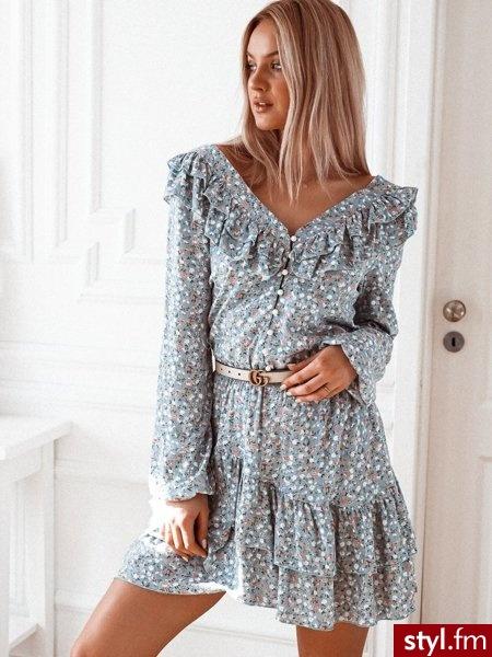 Sukienka wykonana została materiału z delikatnym, kwiatowym printem. Głęboki dekolt zakończony jest rzędem guzików na które zapinana jest sukienka. Gumka w talii sprawia, że sukienka świetnie leży. https://roseboutique.pl/ - Dzienne Sukienki Moda
