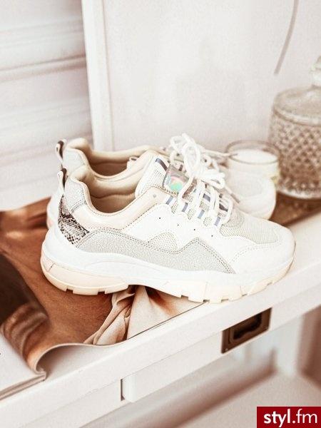Oryginalnie zdobione buty sportowe, idealne do wiosennych stylizacji. Zdobienie w postaci wężowego wzoru oraz szarej mozaiki nadaje im niepowtarzalnego charakteru. https://roseboutique.pl/ - Sportowe Buty Moda