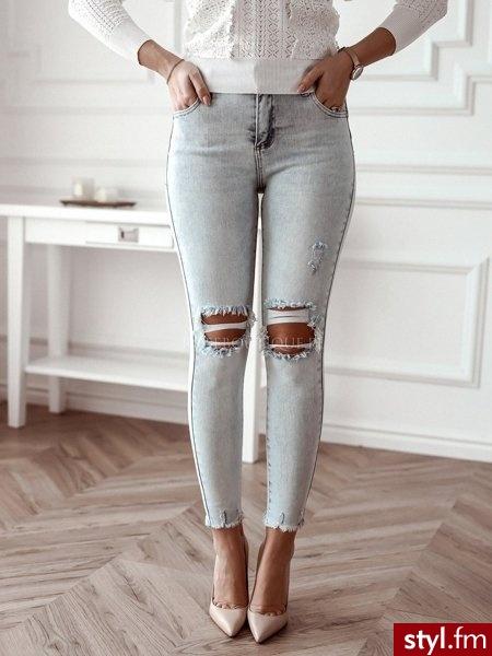 Spodnie wykonane zostały wykonane z elastycznego jeansu. Bardzo modne w tym sezonie dziury na kolanach sprawiają, że spodnie świetnie sprawdzą się w codziennych stylizacjach. Obcisły krój podkreśla sylwetkę. https://roseboutique.pl/ - Jeansy Spodnie Moda