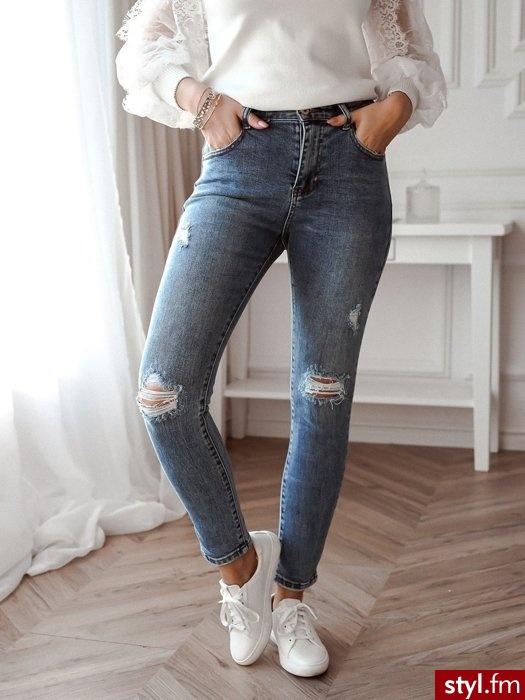 Spodnie wykonane zostały z ciemniejszego, delikatnie przecieranego jeansu. Dziury znajdujące się na kolanach sprawiają, że spodnie idealnie wpasowują się w obecne trendy. Wysoki stan wysmukla sylwetkę oraz optycznie wydłuża nogi - www.roseboutique.pl - Jeansy Spodnie Moda