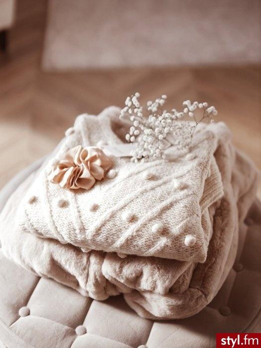 Gruby sweter idealny do codziennych stylizacji. Z przodu oraz na rękawach posiada zdobienie w postaci dużych pomponów, które nadają mu niepowtarzalnego uroku. Rękawy wykończone są długim ściągaczem. Sweter świetnie uzupełnią slimowane spodnie. - Swetry Ciuchy Moda