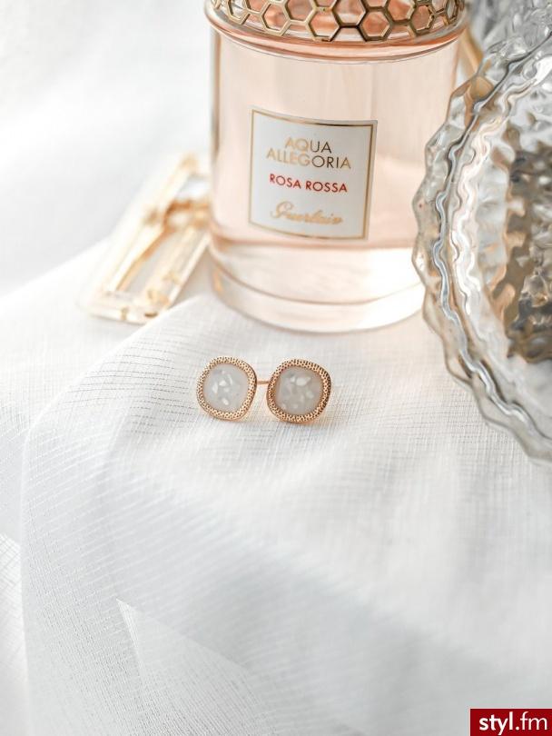 Kolczyki platerowane złotem z pięknym wypełnieniem w perłowym kolorze. Idealnie sprawdzą się w codziennych stylizacjach. Subtelny kolor sprawia, że są niezwykle eleganckie. https://roseboutique.pl/ - Kolczyki Biżuteria Moda