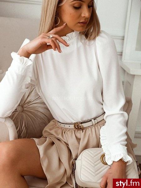Bluzka wykonana została z gładkiego materiału. Stójka w postaci falbanki sprawia, że bluzka wygląda bardzo kobieco. Zapięcie typu łezka. Długie rękawy są zdobione falbanką. Bluzka świetnie sprawdzi się w wiosennych stylizacjach. https://roseboutique. - Bluzki Ciuchy Moda