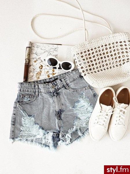 Szorty wykonane zostały z jeansu w bardzo modnym obecnie odcieniu. Dobrze widoczne przetarcia dodają charakteru. Wysoki stan sprawia, że spodenki świetnie podkreślają sylwetkę. Jest to świetny wybór do codziennych stylizacji. https://roseboutique.pl/ - Szorty Spodnie Moda