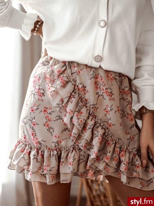 Dodaj opis (mPiękna spódniczka wykonana z lekkiego zwiewnego materiału. Skośna falbanka nadaje jej niepowtarzalnego charakteru. Gumka w pasie sprawia, że świetnie się układa.  - Krótkie Spódnice Moda