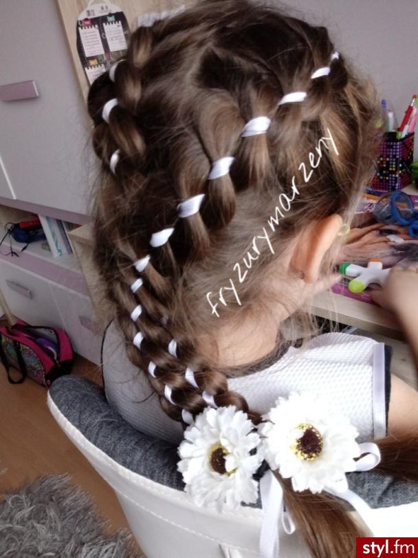 Warkocze z wstążką oraz kwiat - Warkocze Proste Ślubne Długie Fryzury