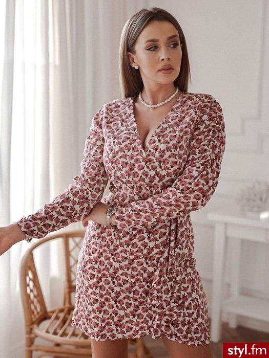 Sukienka wykonana została z lekkiego, zwiewnego materiału pokrytego pięknym, wiosennym printem. Dekolt w serek idealnie podkreśla biust. Idealnie sprawdzi się w połączeniu z jeansową kataną oraz wiosennymi botkami. - Dzienne Sukienki Moda