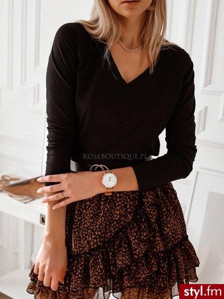 Bluzka wykonana została z delikatnego materiału. Posiada delikatnie dłuższy tył. Dekolt w serek pięknie eksponuje biust. https://roseboutique.pl/ - Bluzki Ciuchy Moda