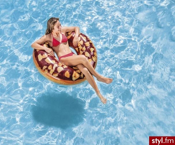 W podróż nad morze lub do kurortu zabierz ze sobą koło do pływania w kształcie apetycznego ciacha czekoladowego www.hop-sport.pl - Podróże i miejsca
