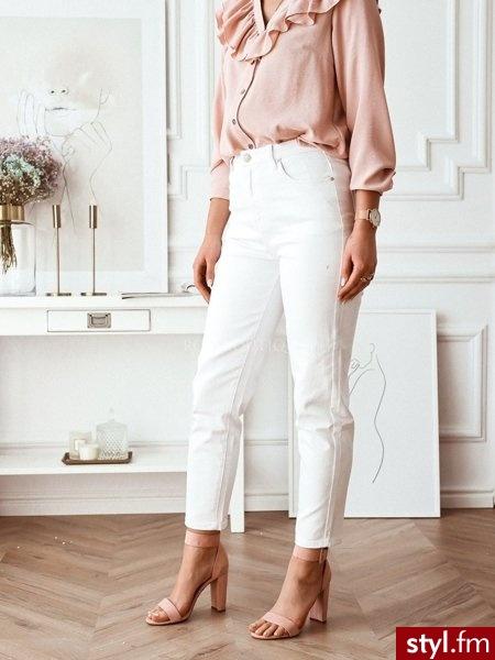 Spodnie wykonane zostały z delikatnie grubszego materiału. Modny obecnie krój typu mom jeans doskonale podkreśla sylwetkę. Klasyczny biały materiał świetnie sprawdzi się w wielu stylizacjach. https://roseboutique.pl/ - Jeansy Spodnie Moda