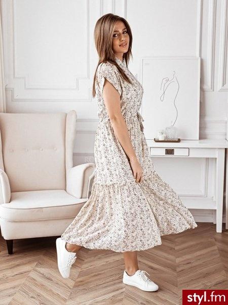Sukienka wykonana została z lekkiego, szyfonowego materiału. Piękny, drobny print doskonale sprawdzi się w wiosennych stylizacjach,dodając im koloru i lekkości. Wiązanie w talii pozwala na idealne dopasowanie jej do sylwetki. https://roseboutique.pl/ - Dzienne Sukienki Moda