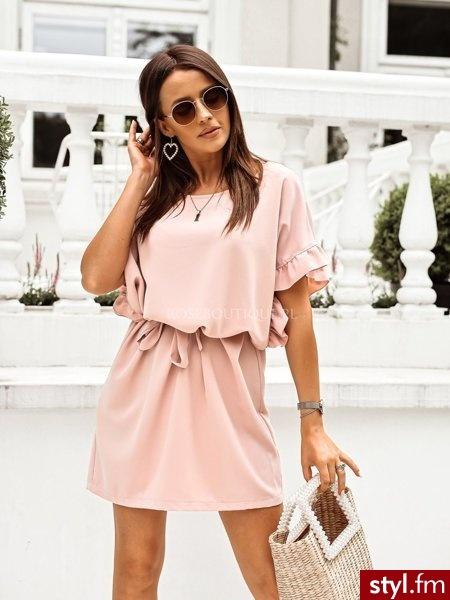 Sukienka wykonana została z tkaniny w pięknym ,kobiecym kolorze. Dekolt w łódkę. Sukienkę można nosić na dwa sposoby, luźno lub przewiązaną dołączonym do zestawu paskiem. https://roseboutique.pl/ - Dzienne Sukienki Moda