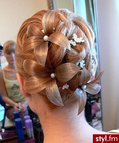 Piękna fryzura ślubna z kwiatami - Blond Upięcie Proste Ślubne Średnie Fryzury