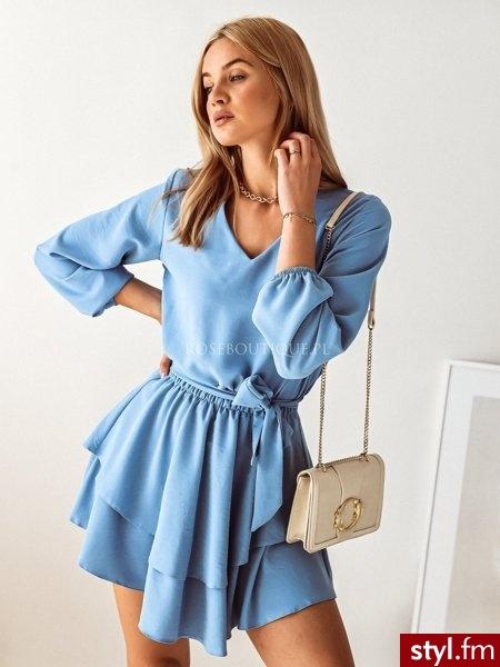 Sukienka wykonana została z gładkiego, komfortowego w noszeniu materiału. Dekolt w serek pięknie podkreśla biust. Długie rękawy zakończone zostały gumką. Dołączony do zestawu pasek  podkreśla sylwetkę. https://roseboutique.pl/ - Dzienne Sukienki Moda