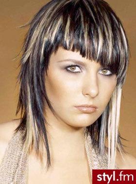 Średniej długości, bardzo mocno wycieniowane ciemne włosy z blond ...