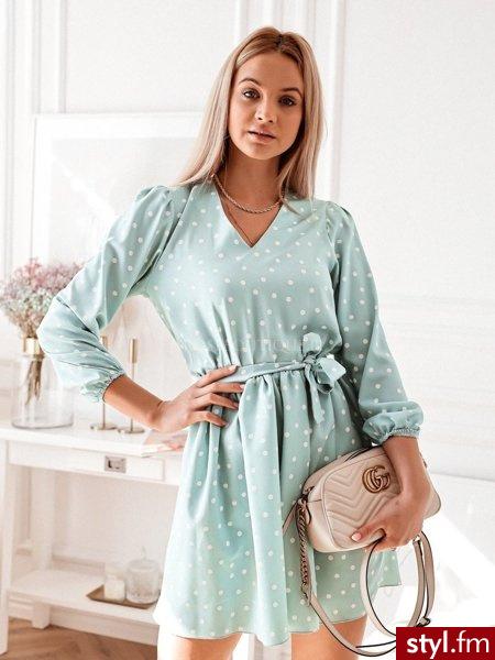 Sukienka wykonana została z przyjemnego w dotyku materiału w urocze, białe kropki. Dekolt w serek pięknie eksponuje biust. Długie rękawy zakończone zostały gumką dzięki czemu świetnie leżą. Sukienkę świetnie uzupełni katana. https://roseboutique.pl/ - Dzienne Sukienki Moda