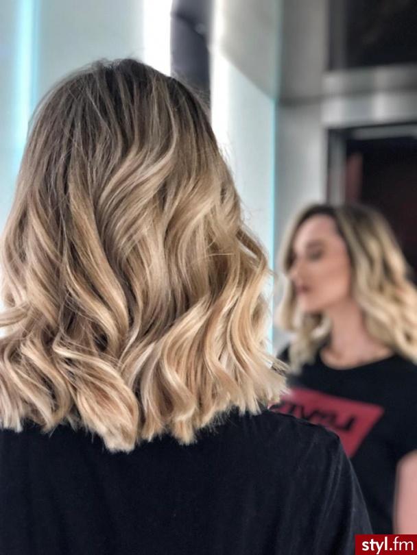 salon fryzjerski Warszawa https://forhair.salon/ - Blond Rozpuszczone Kręcone Na co dzień Średnie Fryzury