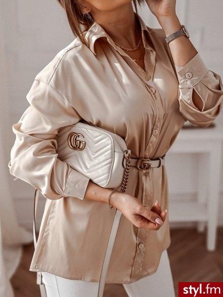Koszula wykonana została z niezwykle komfortowego w noszeniu satynowego materiału. Idealnie sprawdzi się w ciepłe, wiosenne dni zwłaszcza gdy połączymy ją z ulubionymi spodniami oraz beżowymi botkami. https://roseboutique.pl/ - Koszule Ciuchy Moda